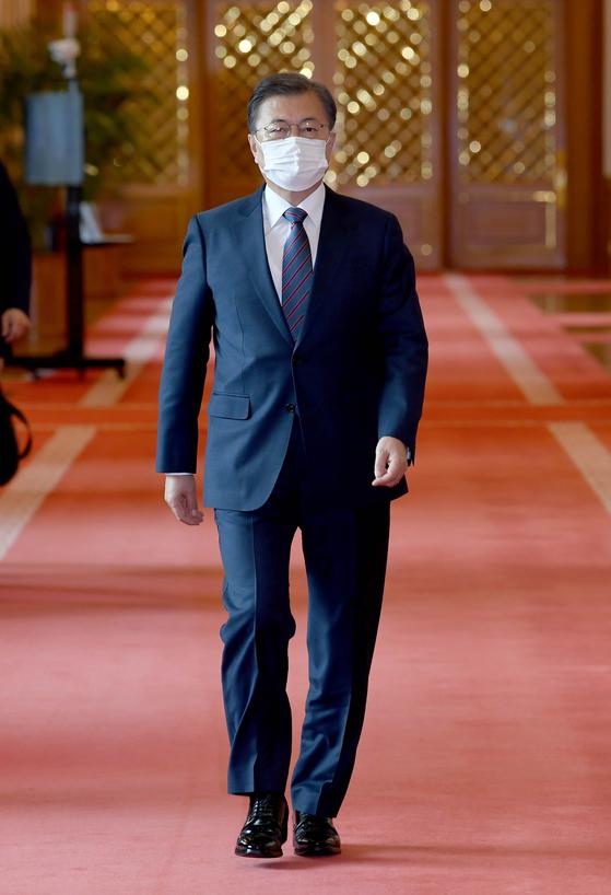 문재인 대통령이 16일 오전 청와대에서 있은 각국대사 신임장 제정식에 참석하기 위해 행사장에 입장하고 있다.. 청와대사진기자단