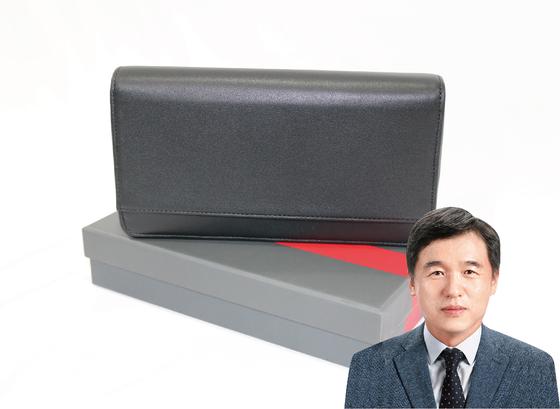 서정협 서울시장 권한대행은 여행용 지갑을 기증했다. [사진 위스타트·중앙포토]