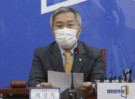 최강욱 열린민주당 대표가 5일 오전 국회에서 열린 최고위원회의에서 발언하고 있다. 임현동 기자