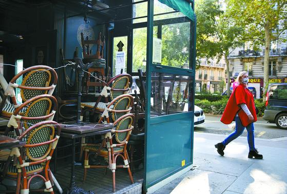 14일 코로나19 재확산으로 문을 닫은 프랑스 파리의 술집. 에마뉘엘 마크롱 프랑스 대통령은 17일부터 파리 등 9개 대도시에 야간 통행금지령을 내린다고 이날 밝혔다. [신화=연합뉴스]