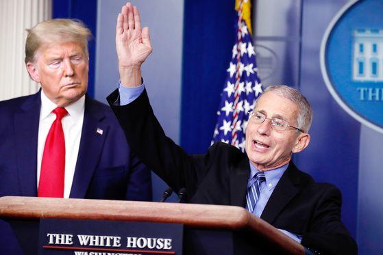 도널드 트럼프 미국 대통령과 앤서니 파우치(오른쪽) 국립알레르기·전염병연구소(NIAID) 소장. AP=연합뉴스
