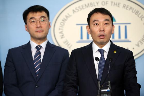 더불어민주당 김남국 의원(왼쪽)과 김용민 의원. 변호사였던 두 사람은 21대 국회의원 선거를 두 달 앞둔 지난 2월 함께 입당 기자회견을 가졌다. [연합뉴스]