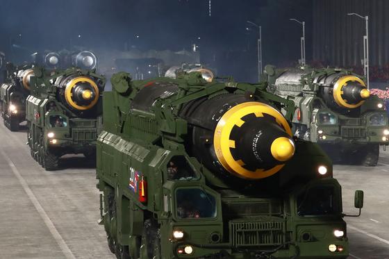 10일 열병식에 화성-12형 미사일도 등장했다. [노동신문=뉴스1]
