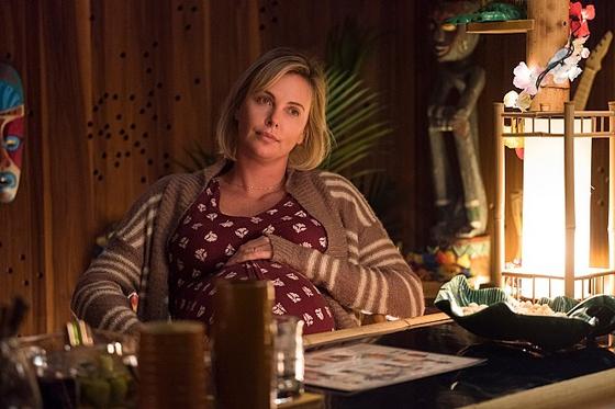 영화 '툴리'에서 세 아이의 엄마 마를로 역을 맡은 샤를리즈 테론. 이번 영화에서는 기존 이미지와는 달리 육아에 지친 엄마를 현실감 있게 보여주었다. [사진 (주)리틀빅픽쳐스]