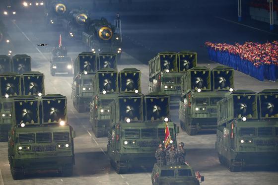10일 열병식에선 북한이 지난해 시험 발사에 집중했던 신형 단거리 미사일도 대거 등장했다. 열병식에서 모습을 드러낸 건 처음이다. [노동신문=뉴스1]