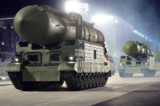 10일 열병식에선 북극성 계열 중 지상에서 발사하는 북극성-2형도 등장했다. [노동신문=뉴스]
