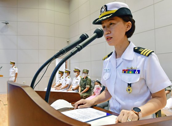 지난 7월 최초 해군 여군 상륙함 함장으로 부임한 안미영 중령(진)이 경남 진해 해난구조대 체육관에서 열린 '제16·17대 성인봉함장 이·취임식'에서 취임사를 하고 있다. 연합뉴스