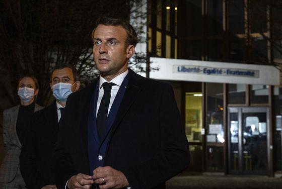 에마뉘엘 마크롱 프랑스 대통령이16일 밤(현지 시간) 중학교 교사가 목이 잘려 살해된 파리 근교의 콩플랑-생트-오노린을 찾아 철저한 수사를 지시했다. [AP=연합뉴스]