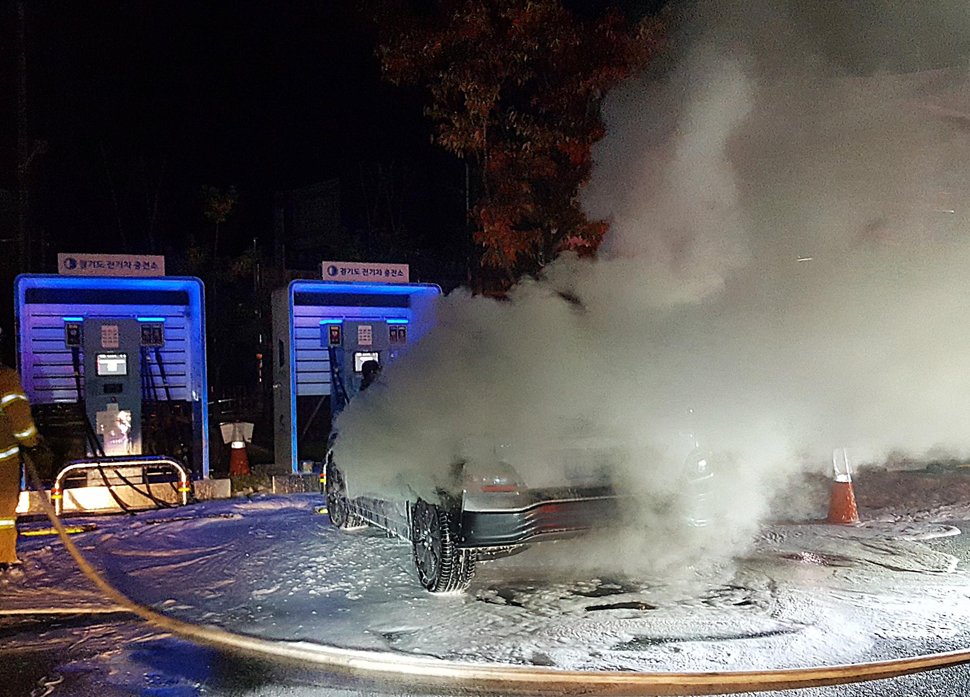 17일 오전 3시 40분께 경기 남양주시 와부읍 주민자치센터 주차장에 세워진 코나 일렉트릭(EV)에서 배터리 충전 중 불이 났다. 사진 남양주소방서