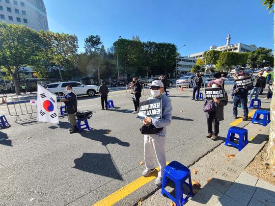 17일 오후 2시 국본과 가로세로연구소가 주최한 집회 참가자들의 모습. 참가자들은 마스크 착용, 거리두기 등 방역수칙을 지키며 집회에 참여했다. 김지아 기자
