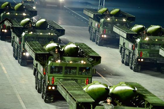 10일 열병식에선 신형 단거리 미사일도 모습을 드러냈다. 러시아 이스칸데르 미사일과 유사한 형태의 단거리 탄도미사일도 공개했다. [노동신문=뉴스1]