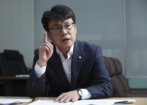 진성준 민주당 의원은 대기업의 상표권 사용료에 대해 '불로소득'이라고 규정했다. 임현동 기자