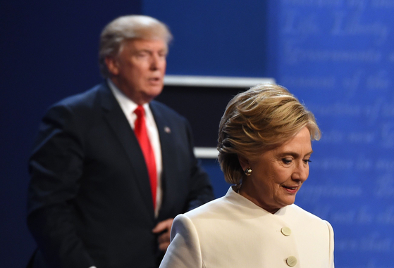 2016년 10월 19일 힐러리 클린턴 당시 민주당 후보가 도널드 트럼프 당시 공화당 후보와 마지막 대선 토론을 마치고 무대를 걸어나가고 있다. [AFP=연합뉴스]