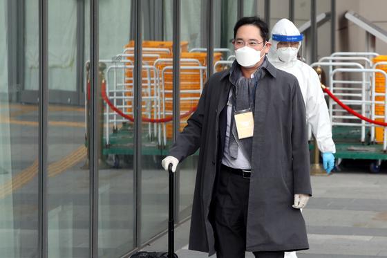 유럽 출장을 마치고 귀국한 이재용 삼성전자 부회장이 14일 오전 신종 코로나바이러스 감염증(코로나19) 검사를 받기 위해 경기도 김포시 호텔마리나베이 서울에 마련된 임시생활시설로 들어가고 있다. 뉴스1