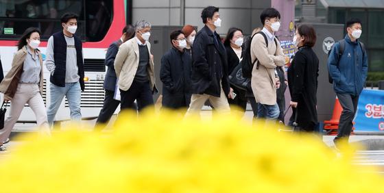 쌀쌀한 날씨를 보인 16일 서울 세종대로 네거리에서 시민들이 잔뜩 움츠린 채 출근을 하고 있다. 뉴스1