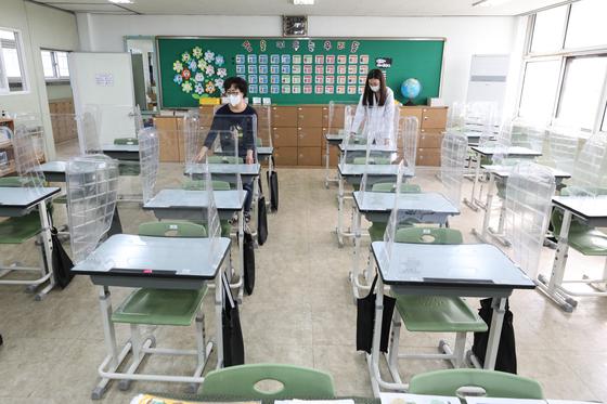 13일 오전 서울 중구의 한 초등학교에서 선생님들이 책상 간격을 조절하고 있다.  뉴스1