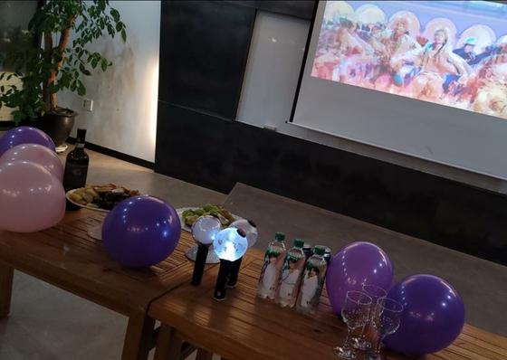 김은진(36)씨는 10일 자신의 사무실 빔프로젝트를 이용해 BTS의 온라인콘서트를 즐겼다. 콘서트 시작 당시 음료까지 준비를 끝낸 모습. [김씨 제공]
