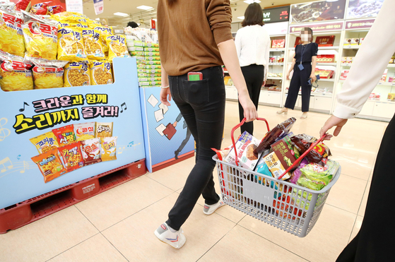 9월8일 서울 시내 한 대형마트에서 소비자들이 바구니에 과자를 잔뜩 골라 담았다. 연합뉴스