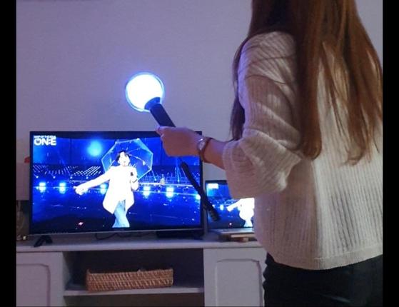 윤모(25)씨가 친구와 함께 집에서 BTS 콘서트를 즐기던 중 신나는 노래에 맞춰 춤을 따라 추고 있다. [윤씨 제공]