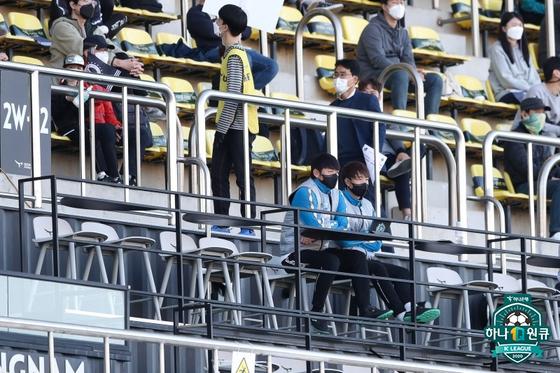 지난 경기 퇴장으로 인한 관중석 관전 하고 있는 김남일 감독. 한국프로축구연맹