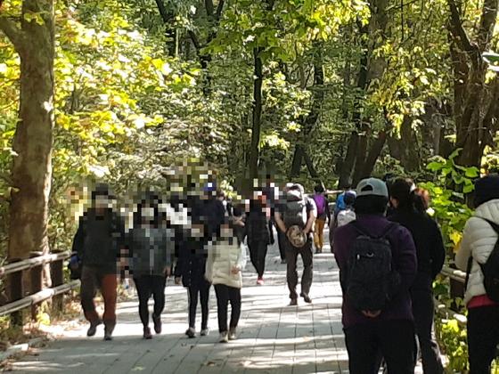 18일 낮 12시 서울 은평구 진관동 북한산국립공원. 사회적 거리두기를 1단계로 완화한 첫 주말, 북한산을 찾은 관광객으로 붐비고 있다. 이우림 기자.