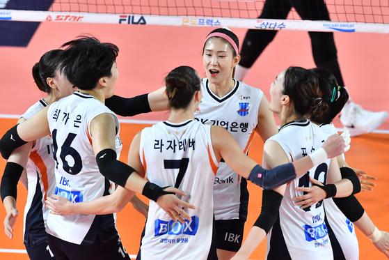 18일 대전 KGC인삼공사전에서 득점을 올린 뒤 기뻐하는 IBK기업은행 선수들. [사진 한국배구연맹]