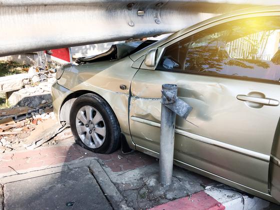 자동차가 가드레일을 받은 사고. 셔터스톡