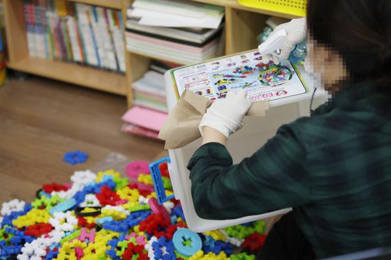 등교수업 확대를 앞둔 16일 오후 서울 한 초등학교 돌봄교실에서 교구를 소독하고 있다.   연합뉴스