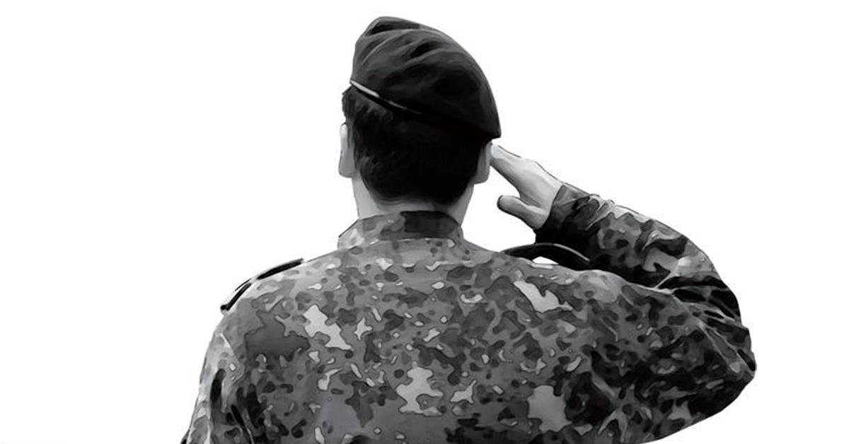 경례하고 있는 군인의 뒷모습. 중앙포토