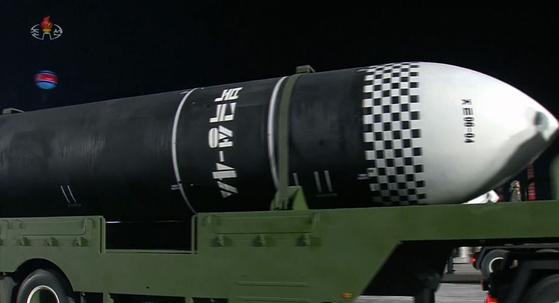북한은 지난 10일 당창건 75주년 열병식에서 잠수함발사탄도미사일(SLBM) 북극성-4형을 처음 공개했다. [연합뉴스]