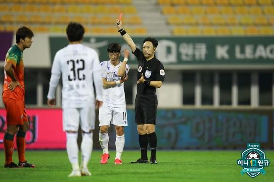 교체 투입 된 인천의 김호남이 다이렉트 퇴장을 받고있다. 한국프로축구연맹