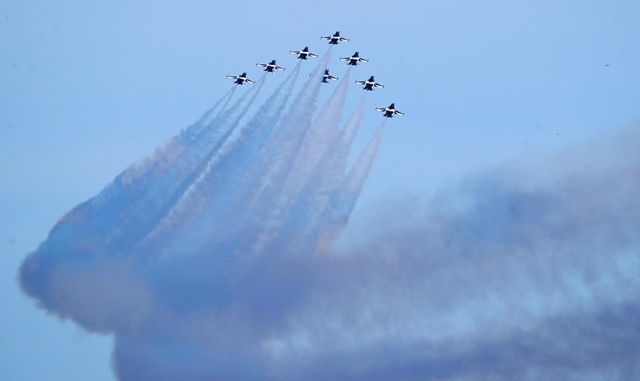 지난 6월 23일 오후 부산 상공에서 대한민국 공군 특수비행팀 '블랙이글스'가 연습 비행을 하고 있다. 뉴스1