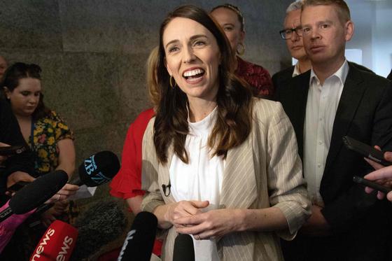 저신다 아던 뉴질랜드 총리가 18일 총선 승리 이후 소감을 말하고 있다. [AFP=연합뉴스]