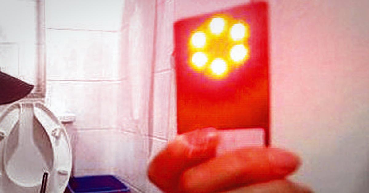 화장실에서 전자파탐지기로 몰래카메라가 숨겨져 있는지 점검하고 있는 여성안심보안관. 중앙포토
