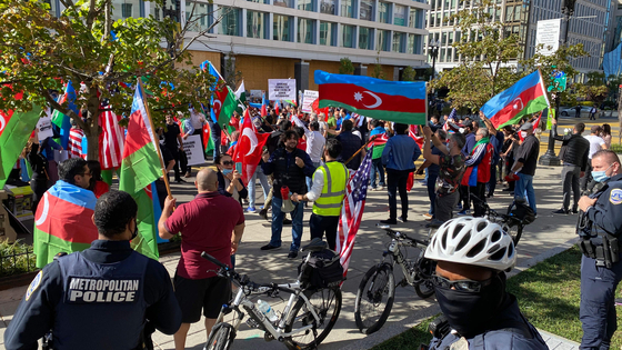 아제르바이잔 출신 미국인들이 10월 14일 워싱턴DC의 백악관 주변에서 아제르바이잔 국기를 들고 나로그노카라바흐에서 벌어지는 교전을 규탄하는 집회를 열고 있다. AFP=연합뉴스