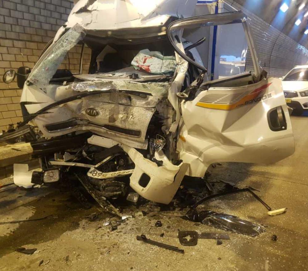 운전석이 앞에 있고, 낮은 소형화물차는 충돌 때 운전석이 크게 부서지는 사례가 많다. [사진 한국도로공사]