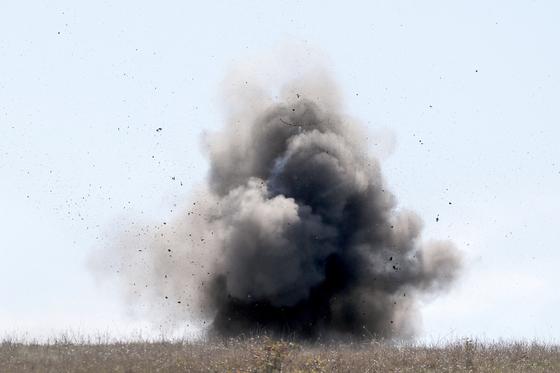 9월 27일 캅카스 지역 나고르노카라바흐에서 아르메니아와 아제르바이잔의 교전이 격화한 가운데 아르메니아 측이 불발탄을 터뜨려 제거하고 있다. 타스=연합뉴스