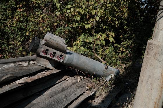 캅카스 지역 나고르노카라바흐의 중심지인 스테파나케르트에 떨어진 아제르바이잔 로켓포의 잔해. 아르메니아 외교부가 외국 기자들에게 배포한 사진이다. 9월 27일 화대된 교전을 민간인 지역에 대한 포격으로 이어졌다. EPA=연합뉴스