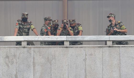 북한 군인들이 지난달 16일 판문점을 방문한 이인영 통일부 장관을 망원경으로 관찰하고 있다. [공동취재단]