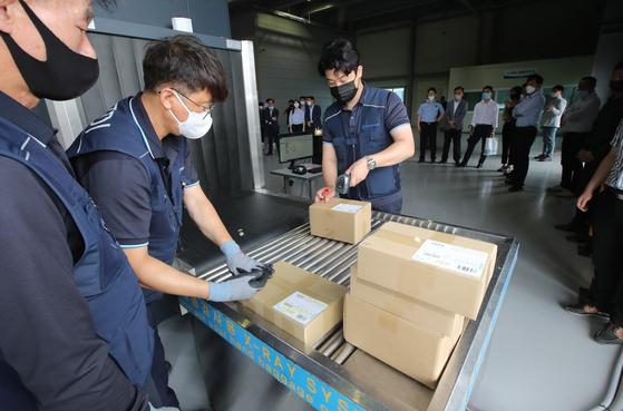지난 7월 20일 부산 남구 용당세관에 해상 특송화물 통관장이 설치돼 세관 직원들이 해외직구 상품에 대한 통관 작업을 하고 있다. 송봉근 기자