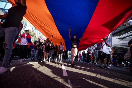 수 천 명의 아르메니아계 미국인들이 10월 11일 로스앤젤레스의 터키 영사관 앞에서 아르메니아 국기를 들고 행진하고 있다. EPA=연합뉴스