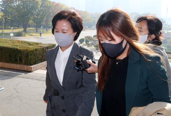 추미애 법무부 장관이 19일 오전 경기도 정부과천청사 법무부에 출근하고 있다. 연합뉴스