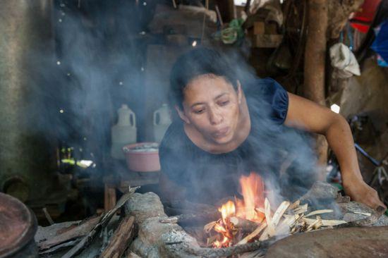 엘살바도르 산간 지역에서 만난 주방. 밥을 짓거나 빵을 굽기 위해 때는 장작은 대개 여자들이나 자녀가 모아온다. 이렇게 수고해서 가져온 나무에 엄마는 불을 붙이고 자욱한 연기를 들이켜며 가족들에게 먹일 음식을 만든다. [사진 허호]