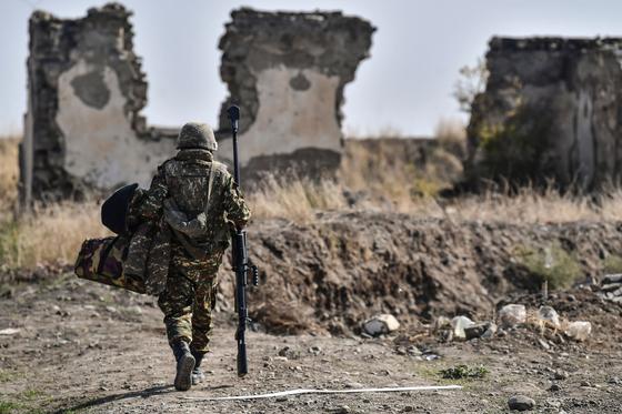 18일(현지시간) 나고르노-카라바흐 지역에서 한 아르메니아 군인이 걸어가고 있다. AFP=연합뉴스