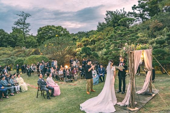 한 부부가 야외에서 작은 결혼식을 올리고 있는 모습. [사진 웨딧 제공]