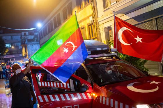 터키 인도주의 구호재단(HH)의 직원이 10월 4일 수도 앙카라에서 아제르바이잔에 대한 연대를 보여주기 위한 차량 행진을 앞두고 자동차에 터키와 아제르바이잔 국기를 달고 있다. AFP=연합뉴스
