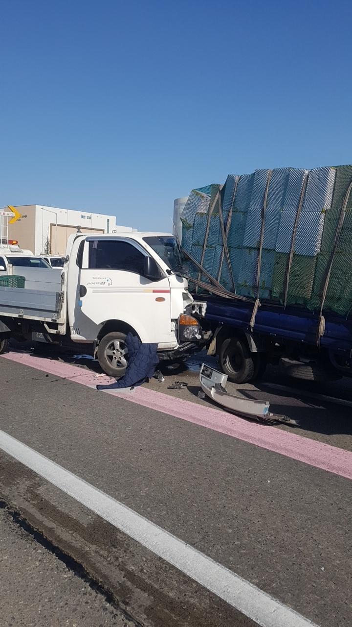 지난 5월 수도권 제1순환선에서 발생한 소형화물차 추돌사고. 운전석이 심하게 부서졌다. [사진 한국도로공사]