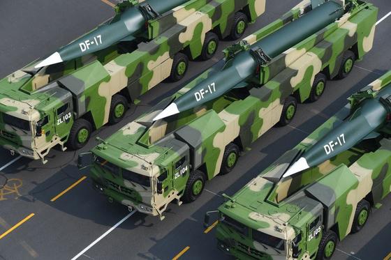 중국이 지난해 10월 열병식에서 공개한 극초음속 미사일 둥펑-17이 천안문 앞을 지나고 있다. [사진 중국 인민해방군]