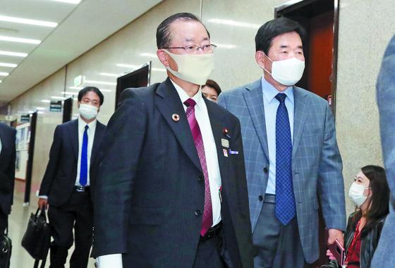 18일 오후 국회에서 일한의원연맹의 가와무라 다케오 간사장(왼쪽)이 이낙연 대표와 비공개 면담을 갖기 위해 김진표 의원의 안내를 받아 당대표실로 향하고 있다. 오종택 기자