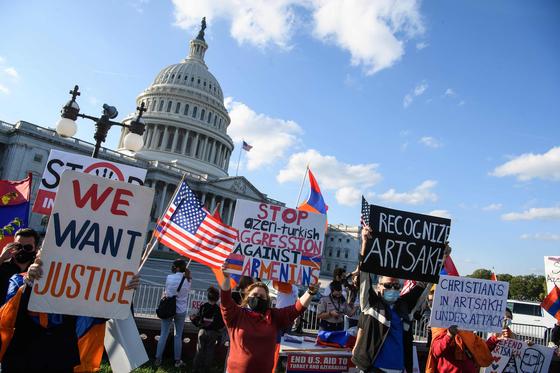아르메니아계 미국인들이 10월 15일 워싱턴DC의 의회 의사당 앞에 모여 나고르노바라바흐 사태에 미국의 개입을 촉구하는 시위를 벌이고 있다. 나고르노카라바흐에 아르메니아계 주민들이 세운 아르차흐 공화국을 승인하라는 요구, 아르차흐의 기독교도들이 아제르바이잔의 공격을 받고 있다는 주장, 아제르바이잔의 공격 중지를 촉구하는 내용 등이 종이에 적혀 있다. 미국의 마이크 폼페이오 국무장관은 10월 15일 아르메니아는 자위권이 있다고 발언해 이번 충돌에서 아르메니아를 편드는 듯한 인상을 줬다고 AFP 통신이 지적했다. AFP=연합뉴스